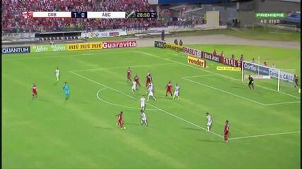 Aos 28' do segundo tempo, Danilo Pires perde boa oportunidade para o CRB