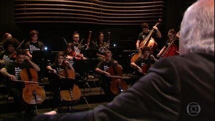 Isaac Karabtchevsky rege a Orquestra Sinfônica Heliópolis em composição de Villa-Lobos