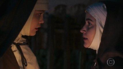 Com a ajuda de Irmã Assunção, Maria Vitória foge do convento