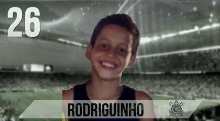 Telão da Arena anuncia escalação do Corinthians com fotos dos jogadores na infância