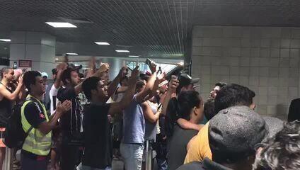 Torcedores do Corinthians recebem a delegação no aeroporto de Salvador