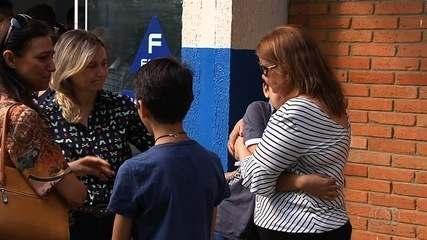 Colegas levam flores ao sepultamento de adolescente morto em colégio de Goiânia