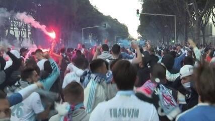 Torcida do Olympique de Marselha entra em confronto com a polícia
