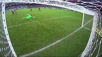 Ribamar bate para o gol, mas Magrão faz linda defesa, ao 45' do 2º tempo