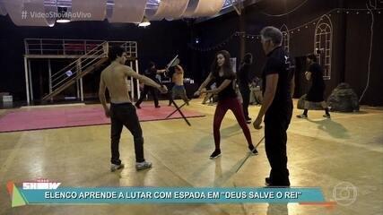 Elenco aprende a lutar com espada em 'Deus Salve o Rei'