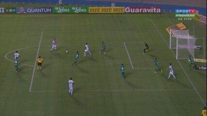 Pablo chuta para fora e perde boa chance para o Guarani, aos oito minutos do segundo tempo