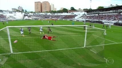 Danilo pega bonito na bola e assusta Cássio, aos 11' do 1º tempo