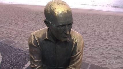 G1 no Bom Dia Rio: estátua de Drummond é atacada mais uma vez na orla de Copacabana