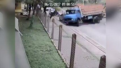 Vídeo mostra momento em que caminhão desce a rua desgovernado e invade escola em Iguaba