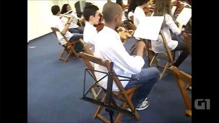 Mesmo com perda auditiva, jovem se destaca na música e aprende a tocar violino