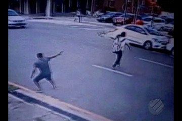 Imagens de segurança flagram momento em que jovem é baleado na cabeça