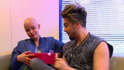 Luan Santana encontra fã que recebeu a peruca com seus cabelos