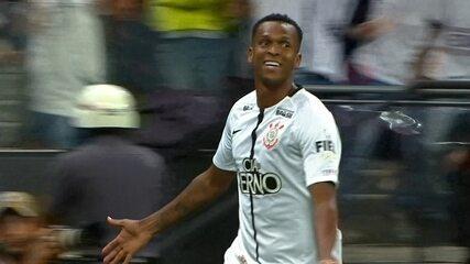 Gol do Corinthians! Clayson cruza, bola bate no travessão e Jô marca no rebote aos 3' do 2º Tempo