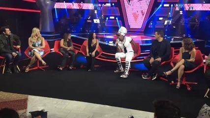 Carlinhos Brown canta música inédita na coletiva do 'The Voice Kids'