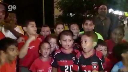 Crianças de Barranquilla esperam time do Flamengo para tirar fotos com os jogadores