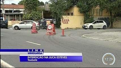 Obra na rua Juca Esteves deixa comerciantes indignados