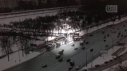 Ônibus invade estação de metrô e mata cinco pessoas em Moscou