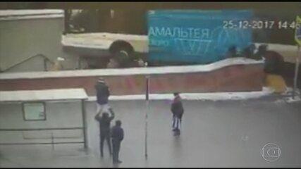 Ônibus invade escadaria em Moscou e deixa mortos
