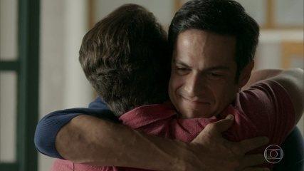 Júlio pede que Eric o contrate novamente como garçom no Carioca Palace