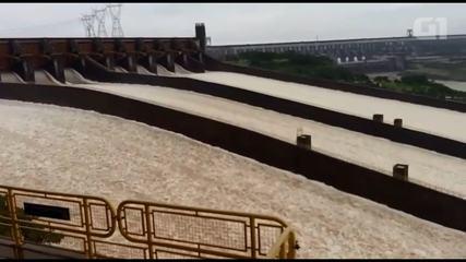 Com excesso de água, Usina de Itaipu abre as três calhas do vertedouro (Imagens: Alexandro Ferreira)