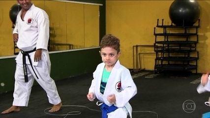 """""""Valor em jogo"""": menino de sete anos encontra no caratê a superação de uma doença pulmonar"""