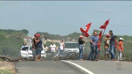 Manifestantes fecham estradas na Paraíba em atos para apoiar Lula
