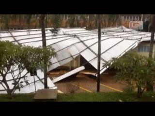 Telhado de prédio cai após temporal em Bragança Paulista
