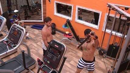 Lucas mostra exercício de braço para Breno