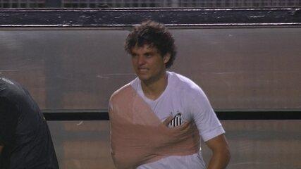 Victor Ferraz volta a campo com o ombro imobilizado em Santos x Ituano