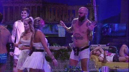 Caruso dança de cueca na Festa Deuses Gregos