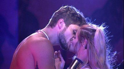 Breno dá beijaço em Jaqueline