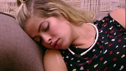 Jaqueline dorme profundamente no sofá