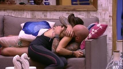 Caruso e Paula trocam carinhos no sofá