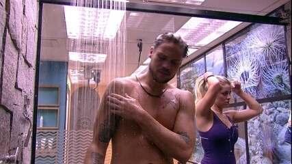 Breno e jaqueline tomam banho juntos e sister brinca: 'Sou brava, viu?'