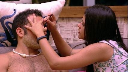Ana Paula faz a sobrancelha de Kaysar