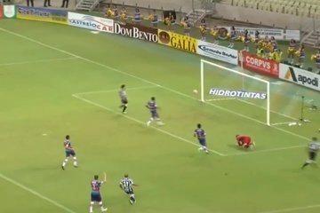 Arthur recebe na direita e tenta o chute direto, quase marcando terceiro
