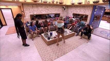 Caruso guarda lugar para Paula no sofá: 'Vem aqui minha Pedrita'
