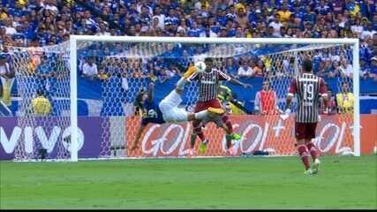 Marcelo Moreno marca para o Cruzeiro, de voleio, no empate contra o Fluminense, em 2014