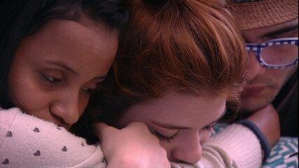 Gleici, Mahmoud e Ana Clara se abraçam em silêncio