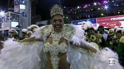 Pâmela Gomes brilha como rainha de bateria da Tom Maior