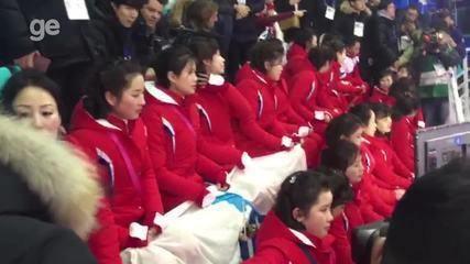 Animadoras de torcida da Coreia do Norte roubam cena antes de jogo de hóquei