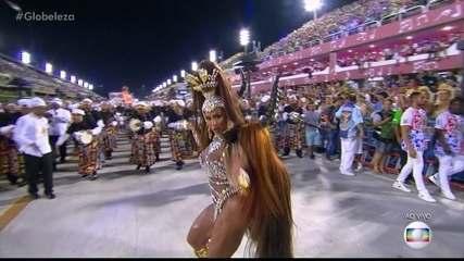 Gracyanne Barbosa brilha como Rainha de bateria da União da Ilha