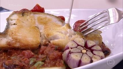 Bacalhau-do-Atlântico confitado em Cascais de batata, Pomodoro e Picles de Tomate