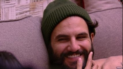 Gleici faz carinho no rosto de Wagner e pergunta: 'Você sempre usou barba?'