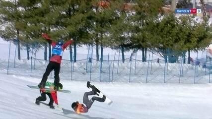 Veja queda de Markus Schairer, da Áustria, durante quartas-de-final do snowboard cross