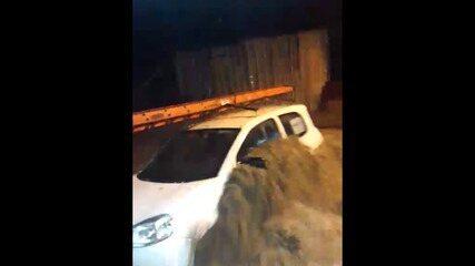 Enxurrada desloca carro na Rocinha, no Rio