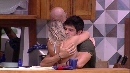 Jéssica dá abraço em Lucas: 'Bom dia, meu Ken'