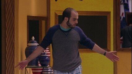 Mahmoud se empolga ao som de 'I can't stop the feeling'