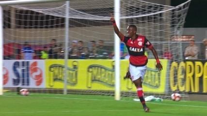 Gol do Flamengo! Everton Ribeiro levanta e Vinícius Jr dá leve toque e marca aos 32 do 2º