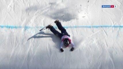 Na segunda descida, britanica tenta manobra e cai com a ponta do esqui